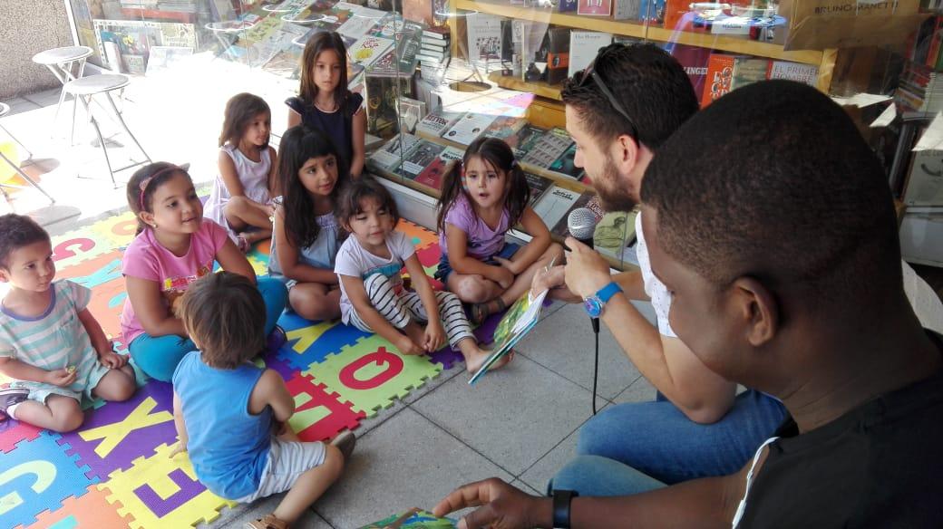 Exitoso cuenta cuentos en librería Qué Leo